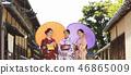 ผู้หญิงสามคนในชุดกิโมโนยืนอยู่บนถนน 46865009