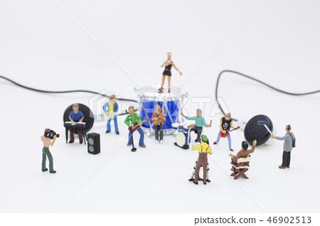 a mini of fun music band on show 46902513