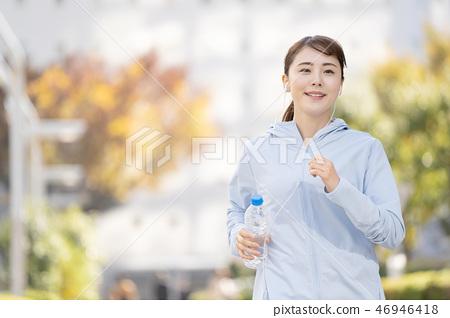 跑步的小姐城市連續圖像 46946418