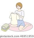 옷을 접는 여성 46951959