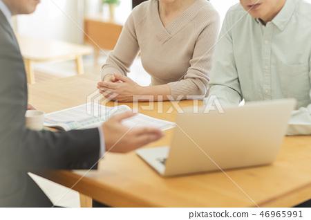 解釋對中部年邁的夫婦的商人 46965991