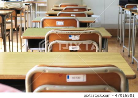 學校教室裡的課桌椅 47016981