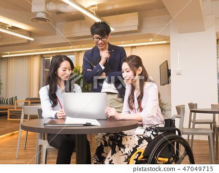 由日本環球莊園協會監督的材料在輪椅上的女商人的物質場面 47049715