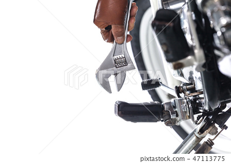Cropped view of Mechanic using a wrench  47113775