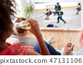 friends watching ice hockey and drinking beer 47131106