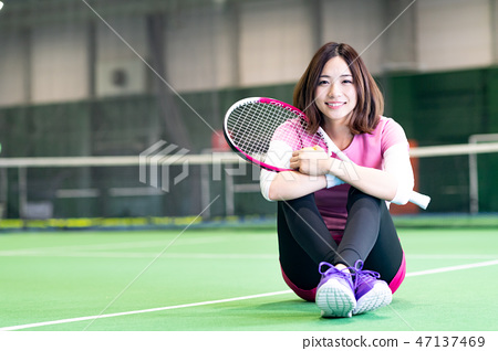 Young woman, tennis court, racket, sit 47137469