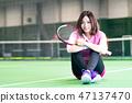 年輕的女人,網球場,球拍,坐 47137470