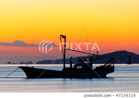 석양과 어선. 강화도 바다 일몰과 어선. 47139119