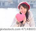 핑크 하트를 가진 여자 47148603