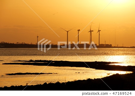 풍력발전기가 보이는 바닷가 일몰풍경 47169524