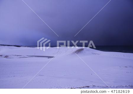 Tottori sand dune in winter 47182619