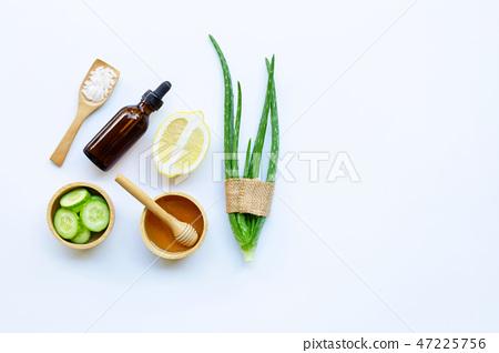 Aloe vera, lemon, cucumber, salt, honey.  47225756