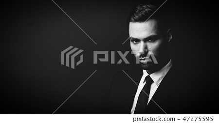 Black and white portrait of young businessman 47275595