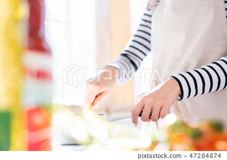 수중 부품 아침밥을 만드는 여성 요리를하는 주부 주방 부엌 47284874