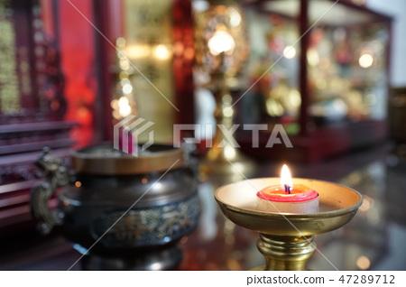 儀式的祖先或神,使用燭台或氣味 47289712