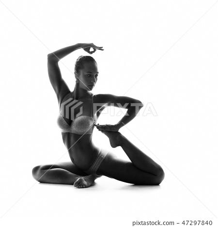 Healthy latino woman doing yoga 47297840