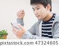 學習與智能手機的男孩 47324605