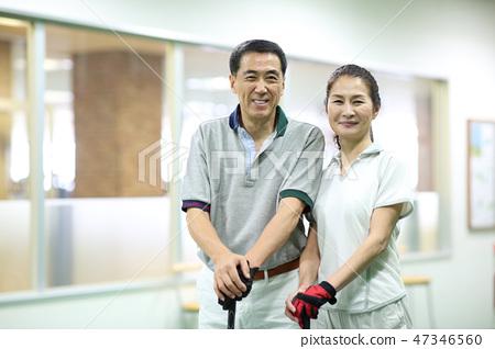 男人和女人練習高爾夫 47346560