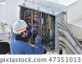 배전반에서 작업중인 전기 기술자 47351013