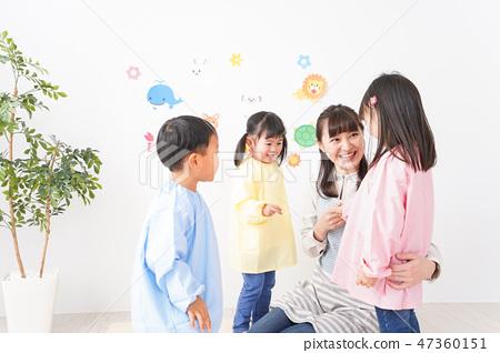 在幼兒園·托兒所·兒童花園中享受微笑的兒童和老師 47360151