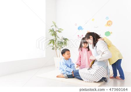 유치원 · 어린이 원에서 웃는 얼굴로 즐겁게 놀 아동과 선생님 47360164