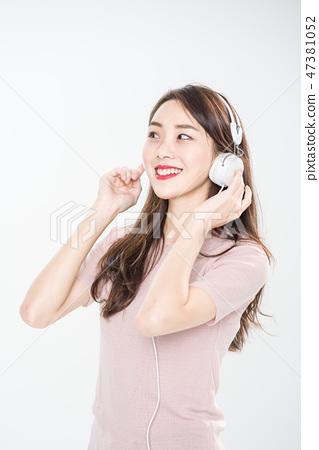 젊은 여성, 여성, 대학생, 청춘, 청바지, 헤드폰, 음악 47381052