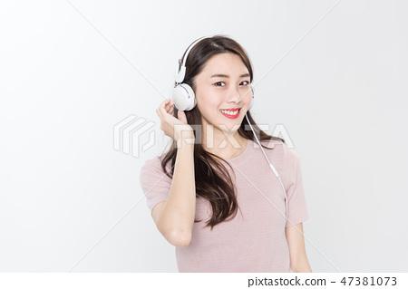 젊은 여성, 여성, 대학생, 청춘, 청바지, 헤드폰, 음악 47381073