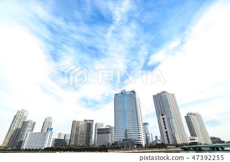 與塔公寓和辦公樓的都市風景 47392255