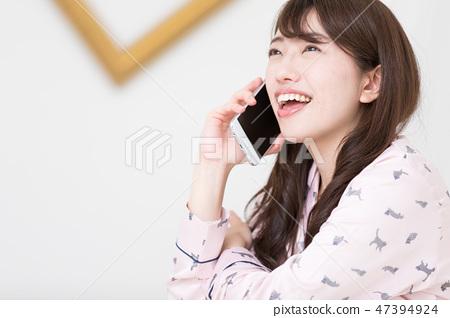 一個女人在床上 47394924