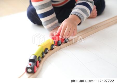 孩子們玩火車玩具 47407722