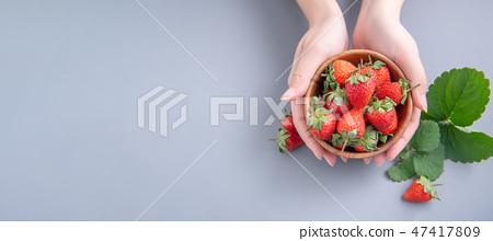 草瓜水水果冬天靛藍樹碗女手背景草莓草莓草莓 47417809