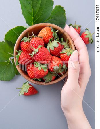 草瓜水水果冬天靛藍樹碗女手背景草莓草莓草莓 47417851