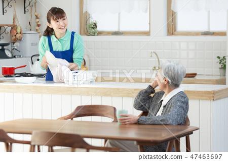 가사 대행 여성과 노인 여성 47463697