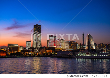 《神奈川縣》橫濱港未來/整棟建築的夜景《 2018》※在富士山的左端有一個輪廓 47490253