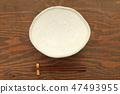 갈색 테이블에 놓인 오지 접시와 젓가락 47493955
