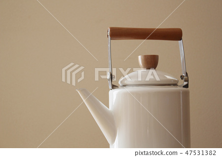 White enamel kettle 47531382