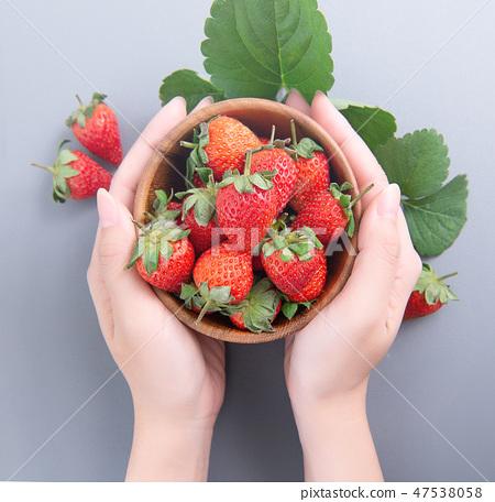 草瓜水水果冬天靛藍樹碗女手背景草莓草莓草莓 47538058