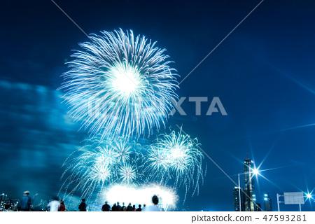 한국의 서울 한강에서 열리는 불꽃놀이 불꽃축제, 화려한 야경 페스티벌  47593281