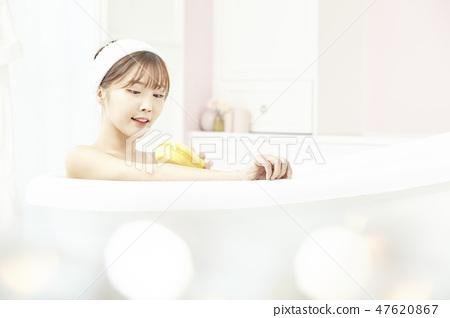 젊은여자,목욕,샤워,욕실 47620867