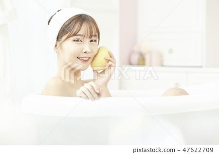 젊은여자,목욕,샤워,욕실 47622709