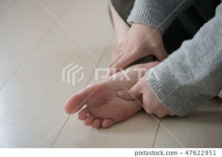 做腳按摩的一名年輕日本婦女 47622951