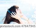 음악을 듣고 젊은 여성 47647945