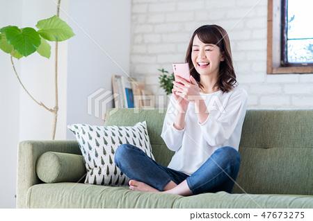 一位年輕女士(智能手機) 47673275