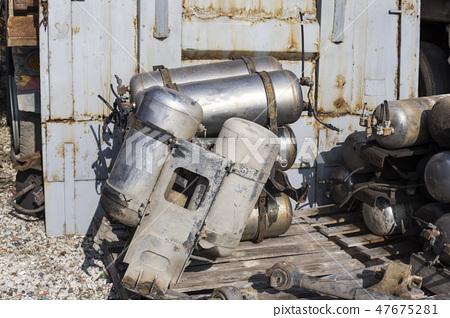고장난 트럭의 에어탱크  47675281