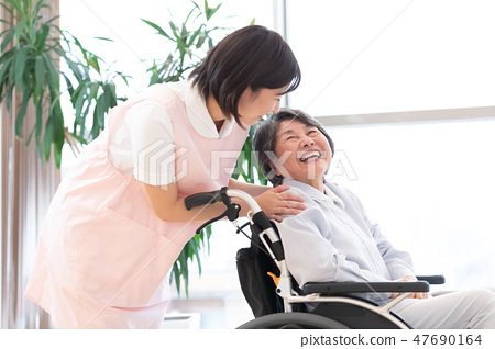 Nursing Care Image Senior Women and Caregivers 47690164