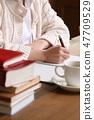 집에서 공부를하는 여성 47709529