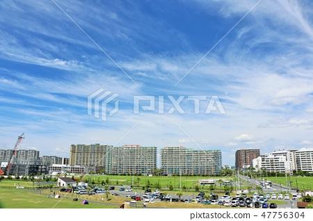 一條刷新的藍天公寓街道 47756304