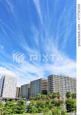 一條刷新的藍天公寓街道 47756308