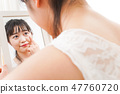做护肤和构成的一个少妇 47760720