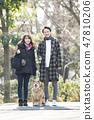 走與什巴Inu的一對年輕夫婦看照相機 47810206